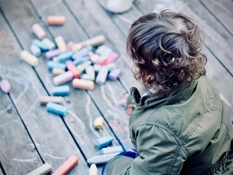 隔辈教育虽然问题多多,但是也不能全盘否定,理性看待很关键
