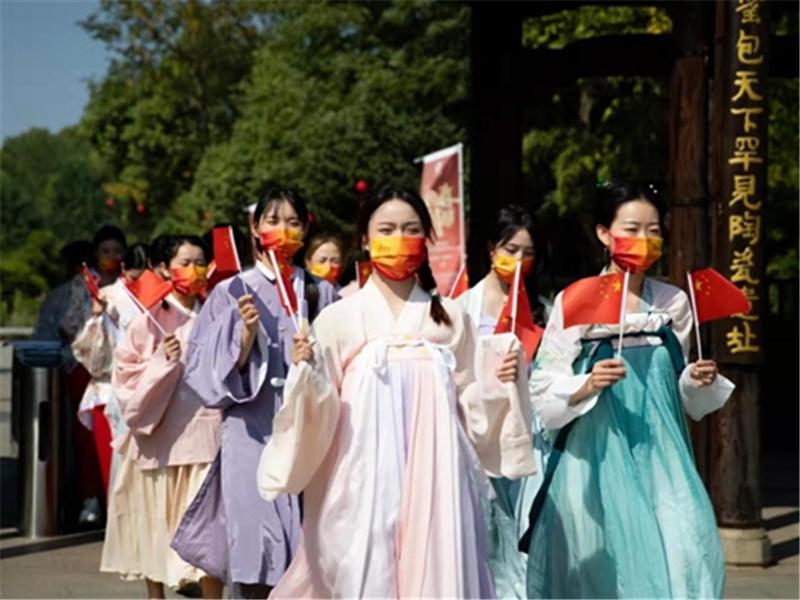 喜迎国庆氛围浓 江西吉州窑景区尽彰中国红